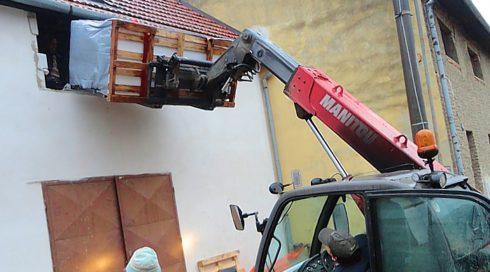 Doprava instalace vířivé vany vybouraným otvorem ve zdi