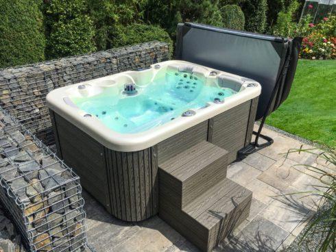 Canadian Spa International® - Corall - designová zahradní vířivka - termokryt s držákem, opláštění Lacan. Spa Studio Praha