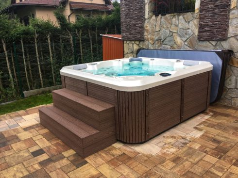 Zahradní rodinná vířivka Delphina - Canadian Spa International® - vířivé bazény Spa Studio