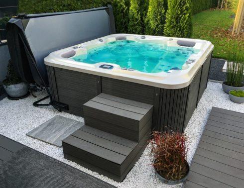Zeštíhlující vířivka na zahradu - Delphina Royal Vision. Spa Studio – vířivé bazény a venkovní rodinné vířivky pro celoroční provoz. Intimní vířivky Canadian Spa International®