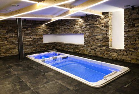 Canadian Spa International® - Swim spa s plaveckou a vířivou částí Nautilus XL. Kombinace masážní vířivky a bazénu s protiproudovými tryskami pro nekonečné plavání. Bazén pro celoroční provoz na zahradě i v interiéru - Spa-studio