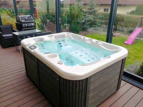 Corall intimná vírivka na zimnej terase od výrobca Canadian Spa International® - celoročné relax v masážnej vírivej vani. Luxusné opláštenie Lacan TT - Spa Studio