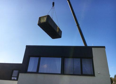 Manipulace - transport vířivky jeřábem na střechu - Canadian Spa