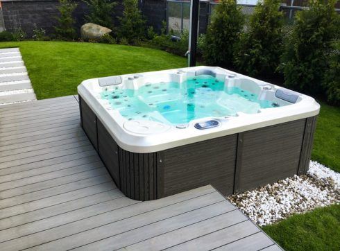 Zahradní rodinná vířivá vana Delphina New - Canadian Spa International® - Spa Studio - vířivé bazény, intimní vířivky a sauny