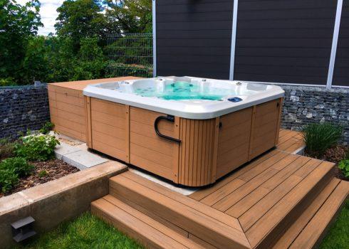 Rodinná vířivka Delphina New - Canadian Spa International® - zeštíhlující vířivá vana od Spa-studio.cz - vířivé bazény