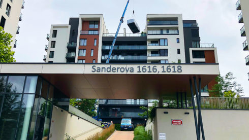 Doprava vířivé vany / swim spa Canadian Spa International® jeřábem na terasu - Marina Island - Sanderova ul, Praha