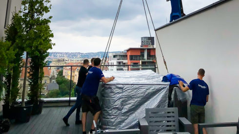 Usazení vířivého bazénu, swim spa Canadian Spa International® jeřábem na střešní terasu - Marina Island, Praha