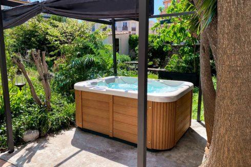 Corall venkovní vířivka na zahradu - Canadian Spa International® luxusní opláštění Lacan TT - masážní vířivky a plavecké vířivé bazény Spa Studio