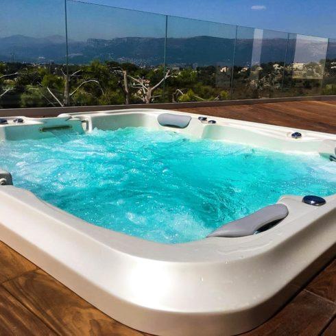 Luxusní zapuštěná vířivá vana na terase - model Delphina Royal Vision od Canadian Spa International®