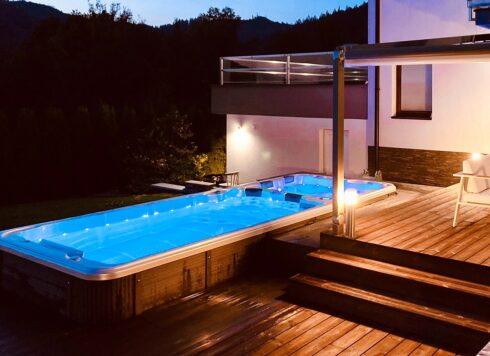 Plavecké swim spa s protiproudem a vířivou másážní zónou Canadian Spa International® na terase