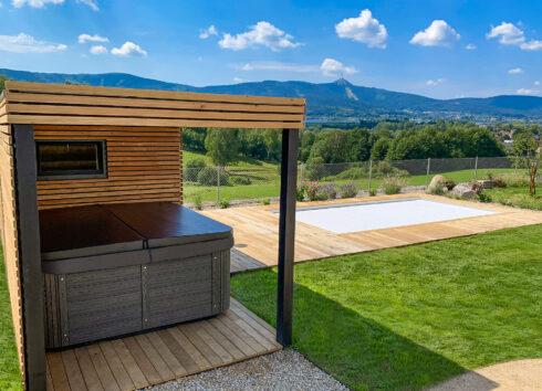 Canadian Spa International® rodinná zahradní vířivka s termokrytem a luxusním opláštěním Lacan. Spa Studio Česká republika