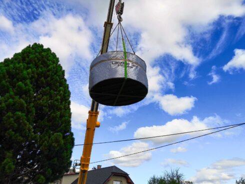 Instalace kruhové vířivé vany Enna jeřábem na zahradu - Canadian Spa International®