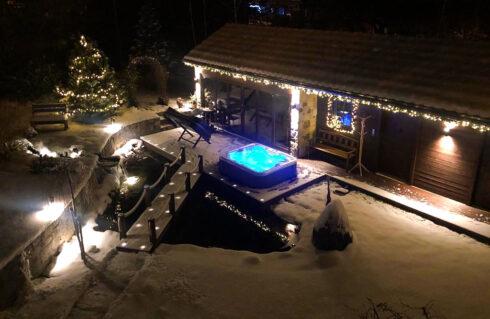 Luxusní vířivá vana Canadian Spa International na terase - celoroční použití - Spa-Studio.cz