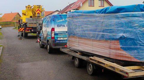 Instalace venkovní vířivky Beluga - Swim Spa, manipulace jerab