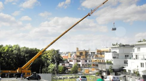 Manipulace vířivky Delphina jeřábem na střechu - Canadian Spa