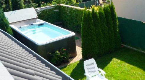 Venkovní swim spa Nautilus XL na zahradě - Spa Studio
