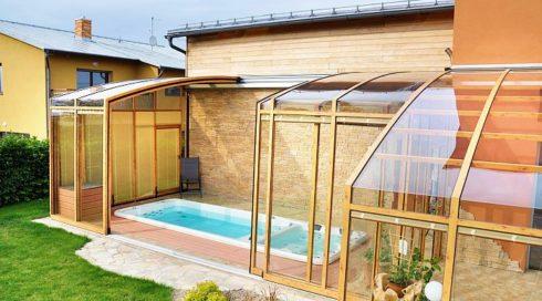 Zastřešená terasa s plaveckou vířivkou swim spa Nautilus XL - Canadian Spa International®